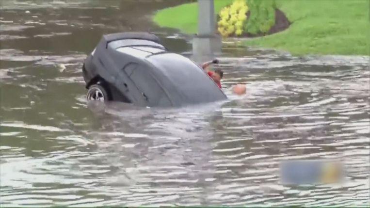Vrouw op het nippertje gered uit zinkende auto