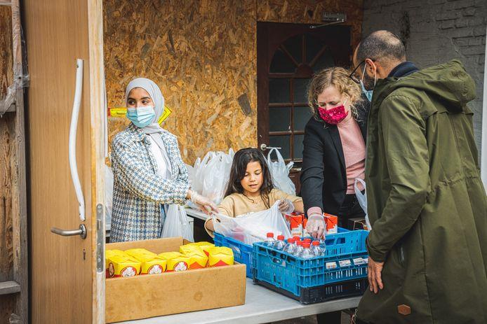 Astrid De Bruycker (Vooruit) doet mee aan een voedselbedeling voor iftar aan de Al Fath-moskee in de Brugse Poort.