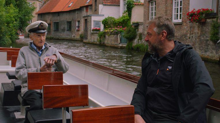 Tom Waes vaart mee met de oudste schipper van Brugge.  Beeld VRT