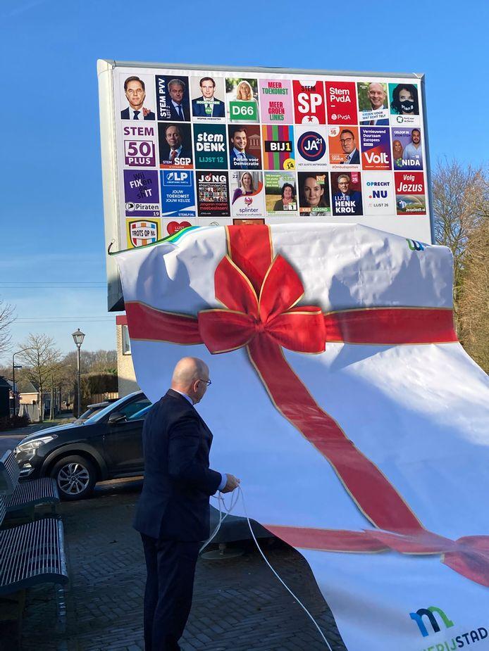 Burgemeester Kees van Rooij onthult het eerste digitale verkiezingsbord van Meierijstad in Eerde.