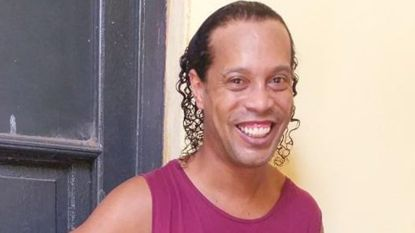 Eerste foto opgedoken van Ronaldinho in de cel in Paraguay, advocaat eist vandaag vrijlating