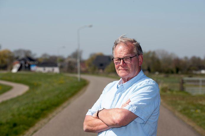 Dijkbewoner Wim Iding  uit Appeltern werd zondag horendol van de vele motorrijders op de dijk bij Apeltern. Foto Raphaël Drent
