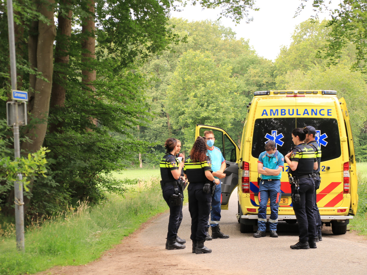 Politie en ambulancemedewerkers bij de Blarinckhorsterweg in Putten waar maandagmiddag een ruiter verongelukte.