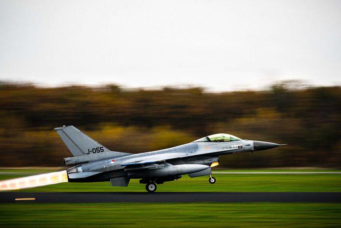 Een F16-jachtvliegtuig gaat de lucht in vanaf vliegbasis Volkel.