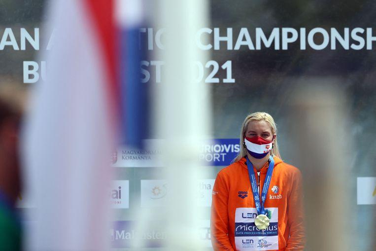 Sharon van Rouwendaal wordt gehuldigd na het winnen van haar nieuwe EK-titel op de 5 kilometer (open water). Beeld AFP