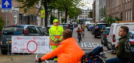 Maakt het verbieden van auto's bij scholen einde aan gevaarlijke chaos? Zwolle probeert het
