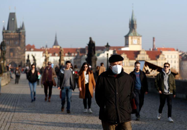 Karelsbrug in Praag. In heel Europa zijn zorgen over de Britse variant van het coronavirus. Beeld Petr David Josek/AP