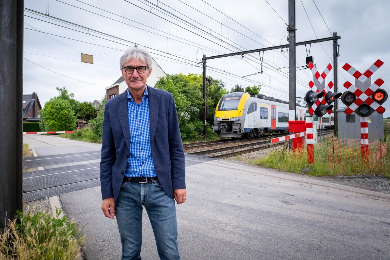 Frank Coenen is tegen de sluiting van de spoorwegovergang aan de Ernest Claeslaan. Hij hielp 220 protestbrieven verzamelen.