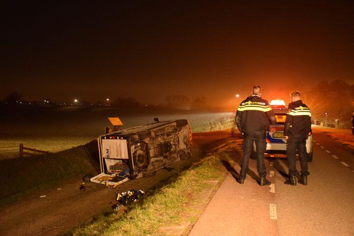 Een bestelbus met een 14-jarige bestuurder zonder rijbewijs en twee kinderen erin vloog uit de bocht op de Lekdijk West  bij Lopik.