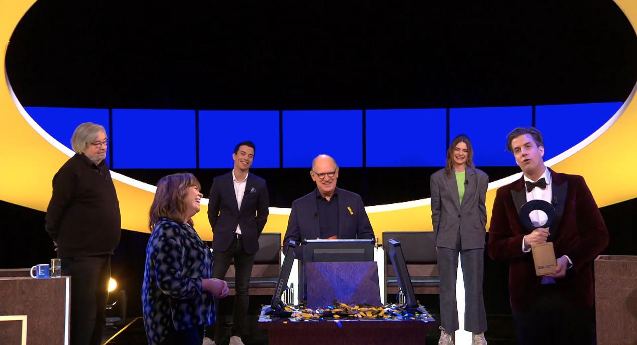 Rob Kemps wint De slimste mens en krijgt de trofee uit handen van de vorige winnaar, Astrid Kersseboom.