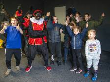 'Sinterklaas' wijdt eigen voedselbank woonwagenbewoners Zwolle in
