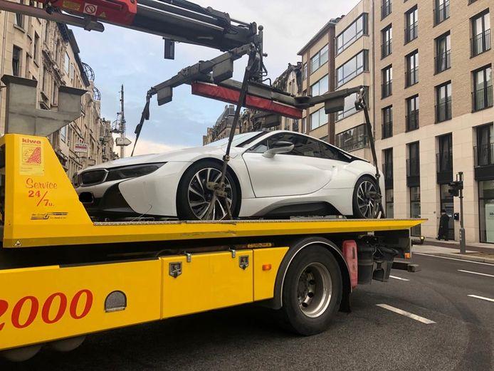 De BMW i8  werd getakeld.