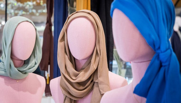 Paspoppen met een designer hoofddoek in een winkeletalage. Beeld anp