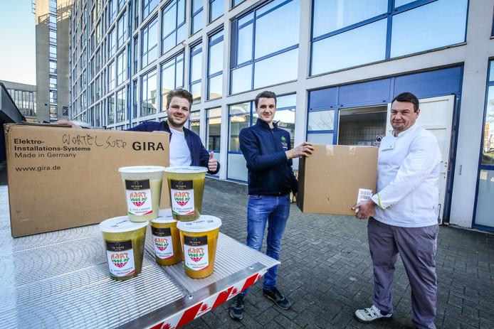 Kenzo Caster en Sam Dhollander maakten liters soep voor de zorgverstrekkers van AZ Sint Lucas