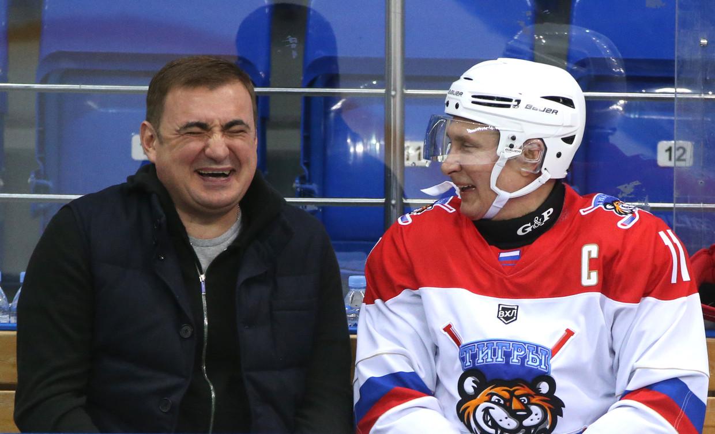 Poetin (in hockeypak) vertelt een grap Beeld Getty Images