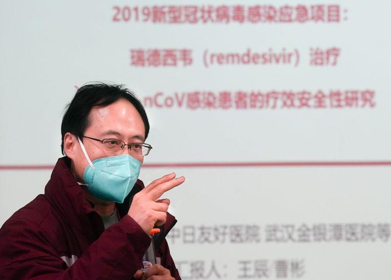 Sprekers op een medische conferentie in Wuhan, begin februari, over de mogelijkheden van het medicijn remdesivir.