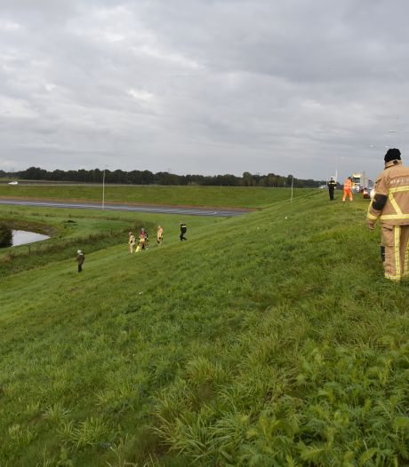 Auto belandt in de sloot bij Wierden: vrouw naar ziekenhuis
