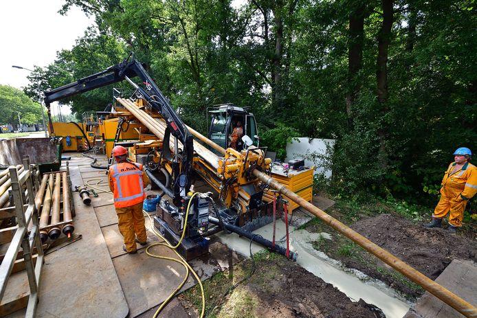 Ter voorbereiding op de aanleg van het zonnepark worden in Roosendaal kabels geboord onder de rotonde aan de Strausslaan.