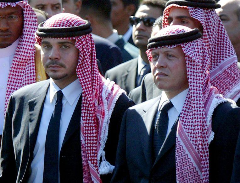 Prins Hamza bin Hussein (l.) is de halfbroer van de Jordaanse koning Abdullah (r.). Beeld EPA