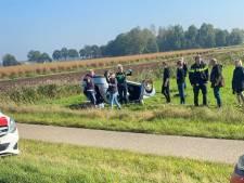 Auto met drie inzittenden belandt ondersteboven in weiland bij Heeten