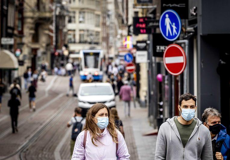 Winkelend publiek met een mondkapje in Amsterdam. Beeld ANP