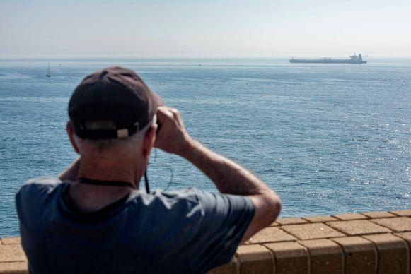 Het schip ligt al dagen aan de ketting voor de kust van Gibraltar.