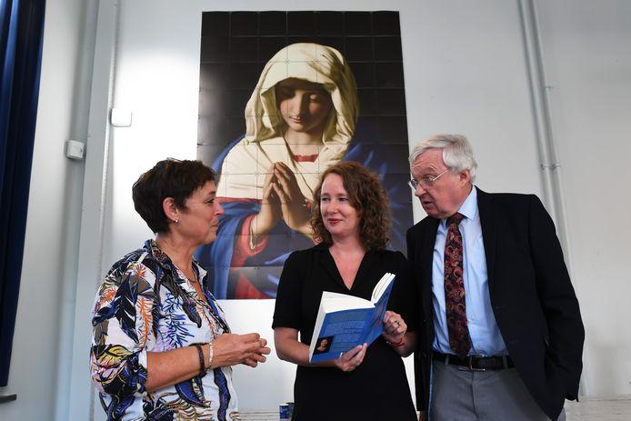 Katja Kreukels (midden) schreef boek over haar vader Jo Kreukels die priester was. Een prachtige aanleiding voor een gesprek voor verslaggeefster Florence Imandt, want haar vader Ben Riesewijk was priester in Bergen op Zoom, voor én na zijn huwelijk. Ze troffen elkaar bij het Mariapaviljoen in Den Bosch.