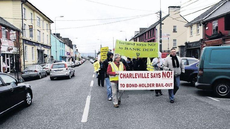 Demonstranten in Charlesville: Waarom pompen we miljarden in zombiebanken? Beeld Arjen van der Horst