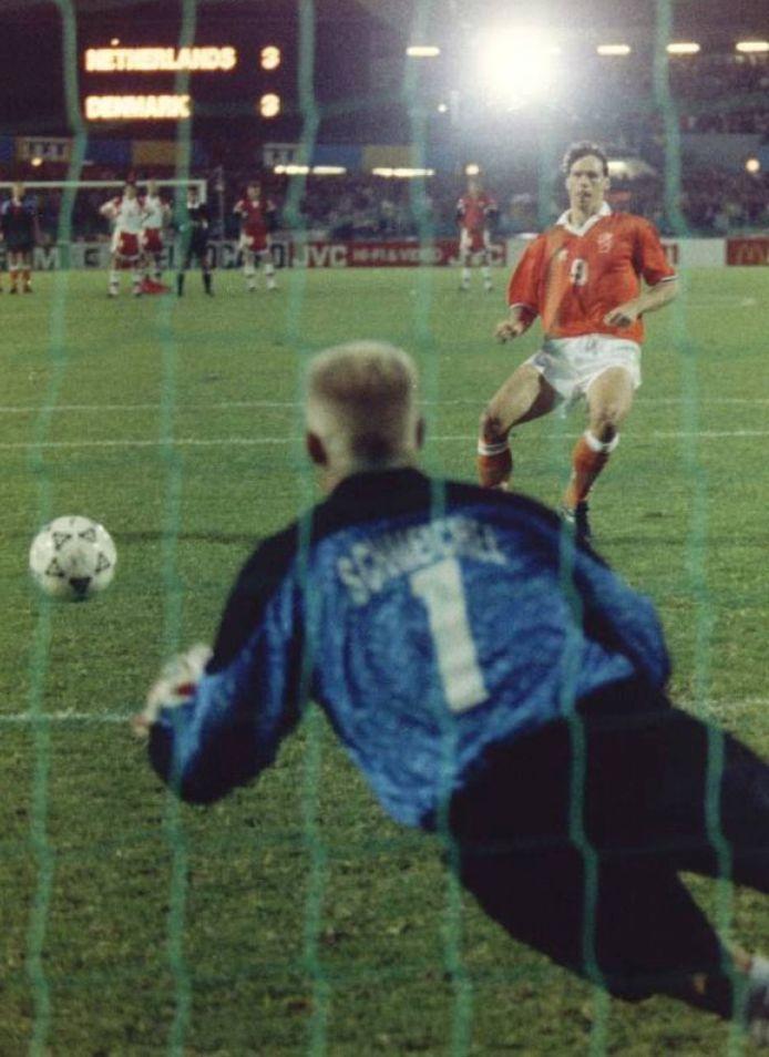 Marco van Basten mist de penalty tegen Denemarken in de halve finale van het EK in Zweden. Doelman Peter Schmeichel pareert de bal eenvoudig.