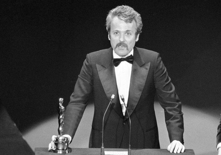 William Goldman ontvangt een Oscar voor zijn scenario van 'All The President's Men'. 28 maart 1977.   Beeld AP
