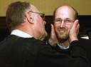 Een foto uit 1999 waarop de intussen overleden Ingvar Kamprad zijn zoon Peter kust.