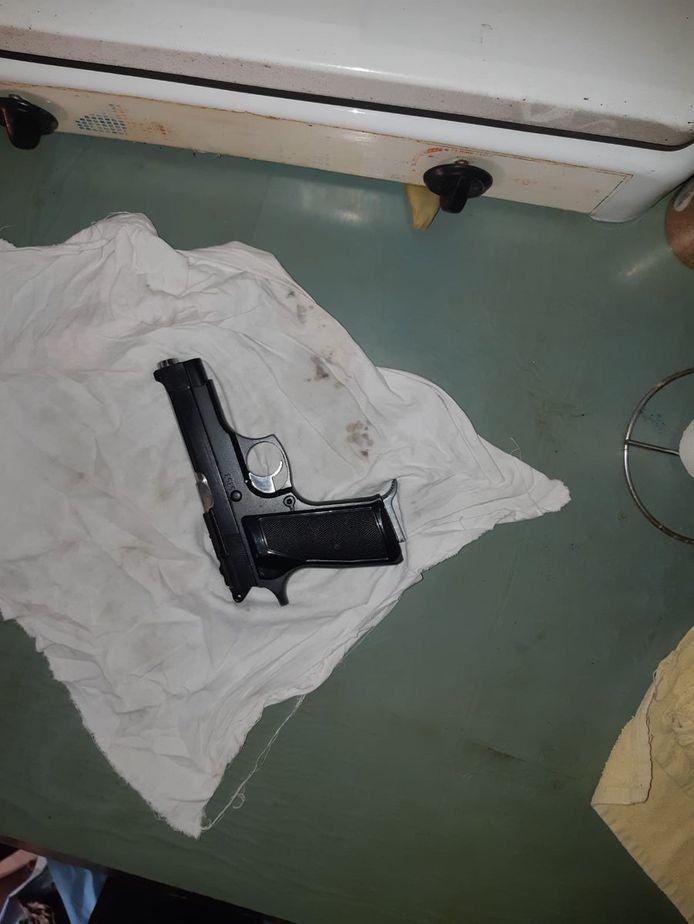 Het vuurwapen dat werd aangetroffen in Roosendaal.