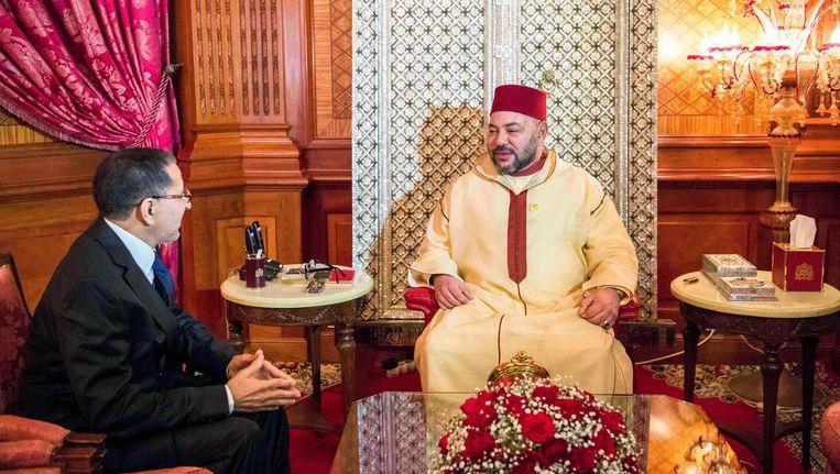 Marokkaanse koning Mohammed VI tijdens een gesprek met de nieuwe premier, El Othmani, op 17 maart Beeld afp