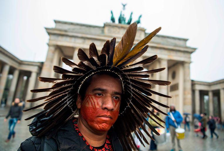 Een lid van de Braziliaanse Tuxa-stam in Berlijn. Beeld AFP