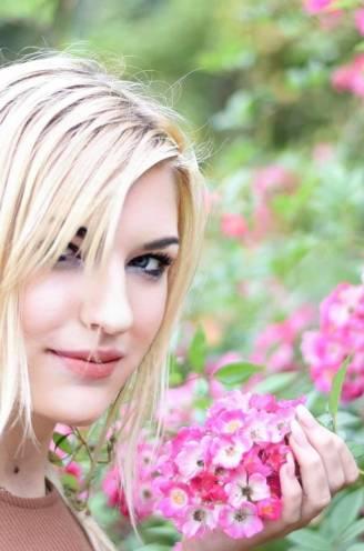 """""""Hij sloeg op mijn kont en prutste aan het bandje van mijn beha"""": model Caroline (20) waarschuwt voor louche fotografen"""