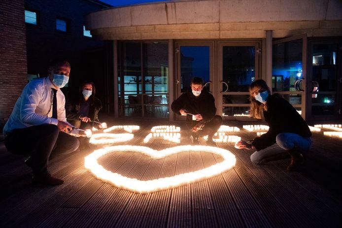 Voorzitter Egbert Lachaert, directrice Githa Praet en het EKA Team staken 900 kaarsen aan voor alle medewerkers in de woonzorgcentra van de Zorgband.