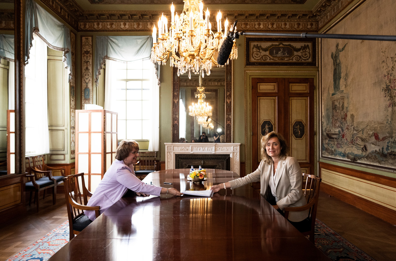 Informateur Mariette Hamer biedt haar eindverslag aan Tweede Kamervoorzitter Vera Bergkamp aan.  Beeld Freek van den Bergh/VK