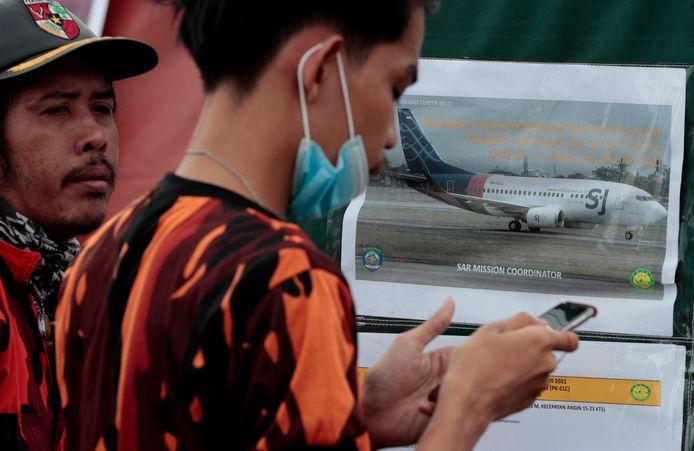 Le Boeing 737-500 de Sriwijaya Air a samedi peu après le décollage soudainement chuté de quelque 10.000 pieds (3.000 mètres) en moins d'une minute et plongé dans la mer de Java.