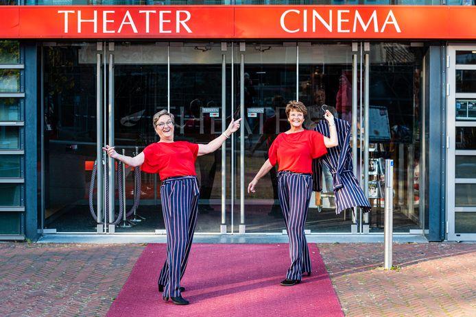 Greet de Heij en Ineke Akkermans (r) showen de nieuwe kleding van het koor Summertime