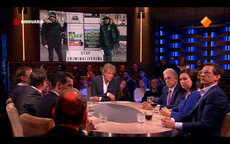 De tafel van Pauw met rechts op het getoonde scherm de wietman. Beeld Maaike Bos