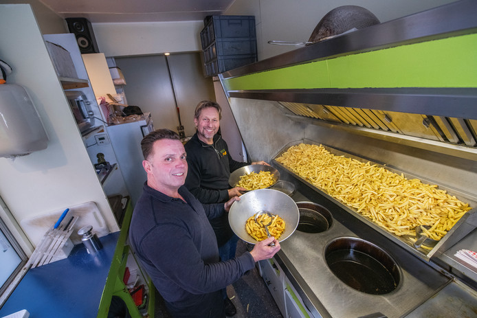 Jan van der Zon (achter) van patatje van der Zon heeft zijn frietwagen verkocht aan Abi Groenendijk.