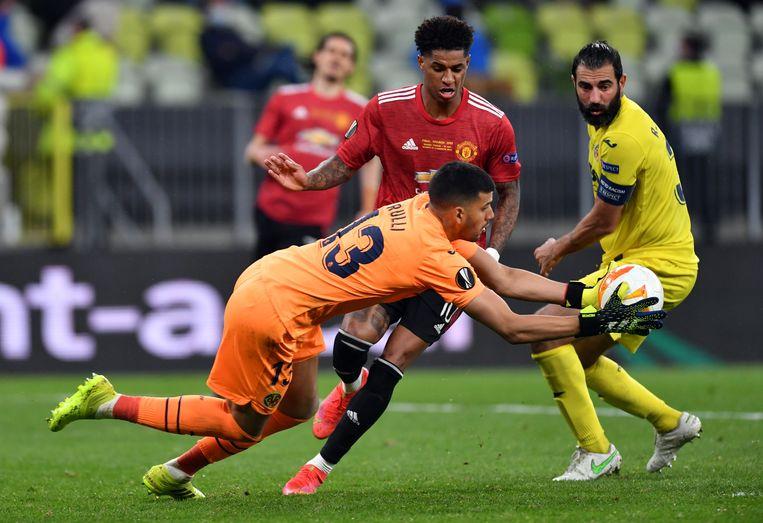 Villarreal-doelman Geronimo Rulli, die uiteindelijk matchwinner werd door de strafschop van David De Gea te stoppen, houdt hier Marcus Rashford van scoren af. Beeld EPA