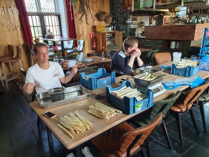 Medewerkers van Hotel Credible in Nijmegen bezig met het samenstellen van de aspergepakketten voor de zorg, vorig jaar.