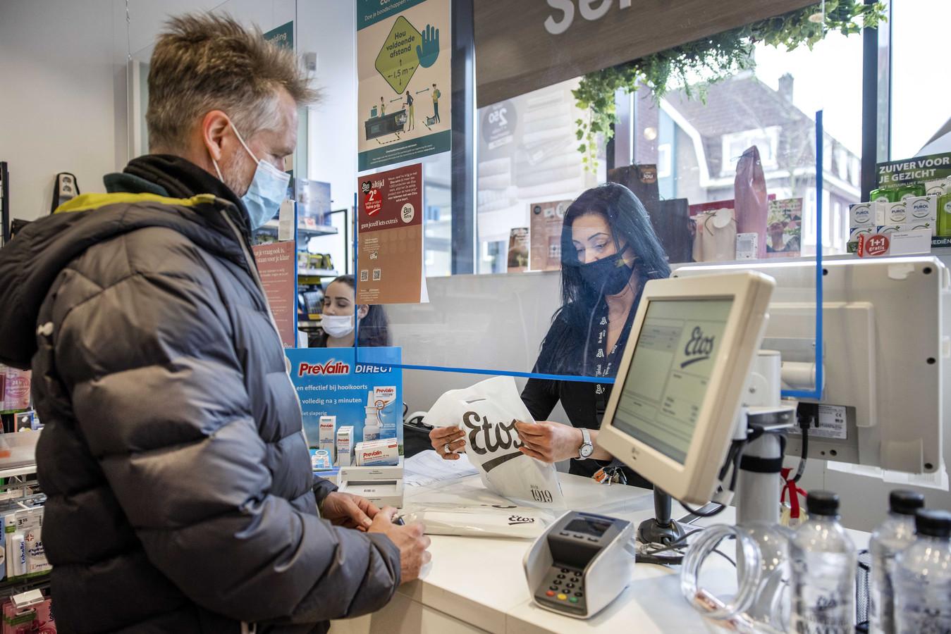 Een klant koopt een coronazelftest bij drogisterijketen Etos. Met de sneltesten kunnen mensen bij zichzelf een test afnemen om te kijken of zij besmet zijn met het coronavirus.
