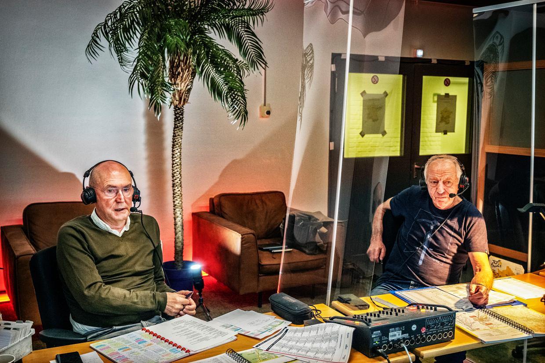 Michel Wuyts l) en José De Cauwer in de Sporza-studio in plaats van op een Franse col. Beeld Tim Dirven