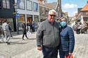 """Mario Cours - voor de foto zonder mondkapje - en zijn vrouw Sabine Nopens uit Gent: ,,De mens moet een keer naar buiten, dat hoort erbij."""""""
