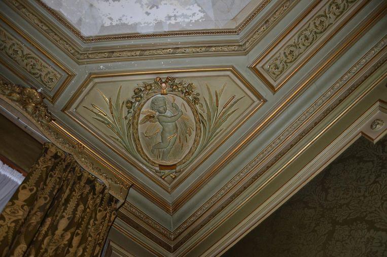 Een detail van de engelen aan het plafond die de vier seizoenen uitbeelden.