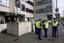 Politiebeveiliging vóór de rechtbank.
