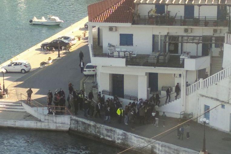 Deze foto, die genomen werd door een buurvrouw, toont hoe de genodigden zich verzamelden voor een etentje. Onder hen ook Grieks premier Kyriakos Mitsotakis. Beeld AFP