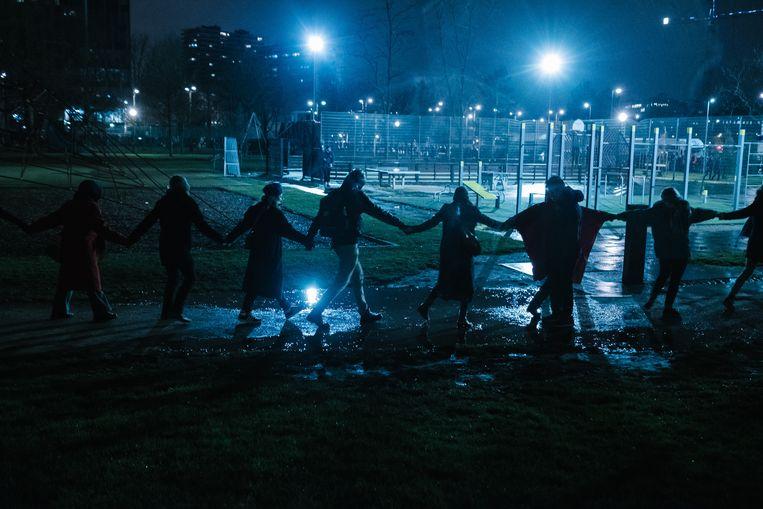 Zondag kwamen zo'n 2.000 mensen samen in het Maximiliaanpark om te protesteren tegen een geplande politieactie. Beeld Wouter Van Vooren